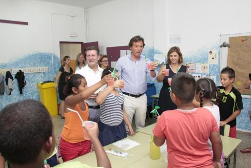 El alcalde Mateu Isern toma un refresco con algunos de los niños de la Escuela de Verano del Colegio Público Gabriel Vallseca de Son Gotleu.