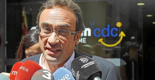 """GRA100. BARCELONA 27/08/2014.- El coordinador general de CDC, Josep Rull, atiende a los medios, a la salida de la primera reunión de la nueva dirección colegiada del partido, donde ha contestado hoy al líder de ERC, Oriol Junqueras, que """"somos gente seria que cumplimos con los compromisos"""", de manera que el 9 de noviembre """"pondremos las urnas"""". EFE/Toni Albir"""