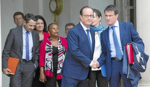 French President Francois Hollande (2ndR) shakes hand with Prime Minister Manuel Valls (R) following the weekly cabinet meeting after a government reshuffle at the Elysee Palace in Paris, August 27, 2014. REUTERS/Philippe Wojazer (FRANCE - Tags: POLITICS) FRANCE-POLITICS/