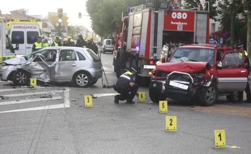 La Policía Local realiza la investigación para esclarecer las causas del choque.