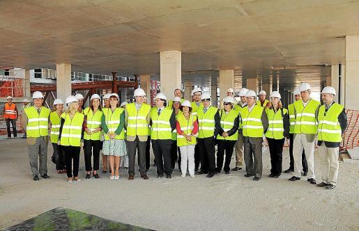 La imagen es de una visita de la Mesa y la Junta de Portavoces del Parlament a las obras de Son Espases. Había representantes de todos los partidos.