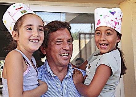 El alcalde de Palma visitó ayer la escuela de verano del colegio Gabriel Vallseca.
