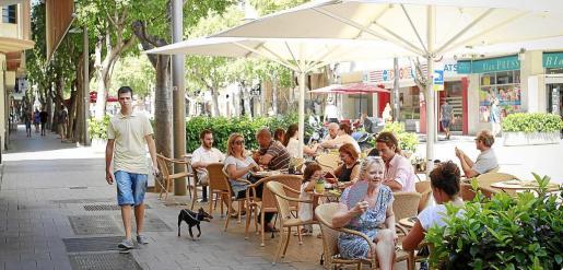 La calle Blanquerna, en su intersección con Avingudes, está centrando la demanda de locales para abrir bares.