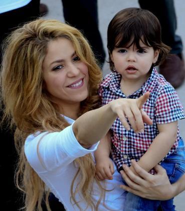 La cantante colombiana Shakira, con su hijo Milan Piqué, durante la inauguración de un megacolegio de su Fundación Pies Descalzos en un barrio popular de Cartagena (Colombia).