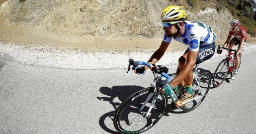 El ciclista español del equipo Caja Rural, Lluis Mas Bonet y el holandes del equipo Lotto, Pim Ligthart, durante la sexta etapa de la Vuelta Ciclista a España 2014, que ha partido de la localidad malagueña de Benalmádena y ha terminado en La Zubia, con un recorrido de 167,1 kilómetros. EFE/Javier Lizón