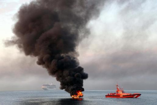 Imagen de la lancha que se ha quemado en la bahía de Palma.