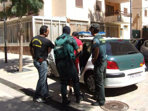 Fotografía de la detención de uno de los implicados.