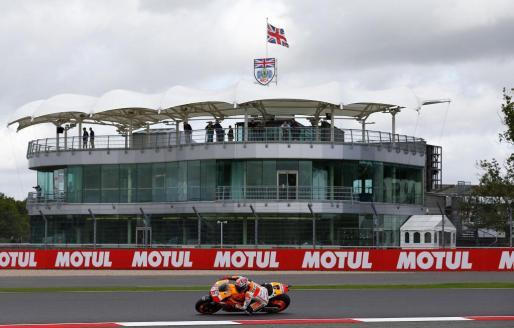Marc Márquez durante los segundos entrenamientos libres en el circuito de Silverstone.