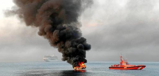 Las labores de extinción fueron muy complicadas debido al material inflamable propios de la embarcación. Un total de 18 bomberos de los parques de Son Malferit y sa Teulera participaron en la extinción. l Fotos: VASIL VASILEV