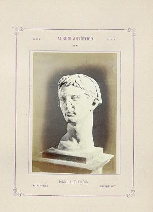 La lámina V del «Álbum Artístico de Mallorca», de Ferrà y Virenque, de 1873, reproduce la cabeza de Augusto.