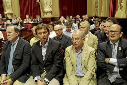 Soler (segundo por la derecha, con lazo cuatribarrado), entre Huguet e Isern el día que Pastor rompió la disciplina de voto.