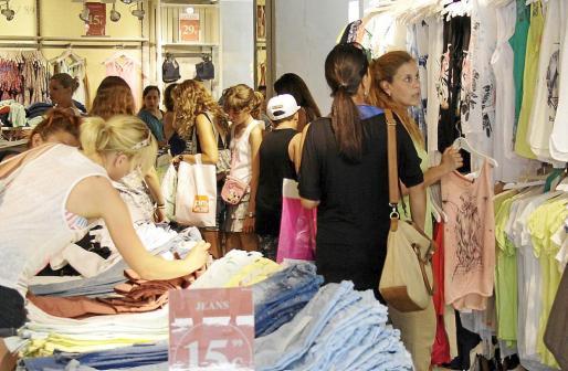 El comercio da trabajo a muchos jóvenes; de hecho, la de vendedor es la segunda profesión con más ocupación.