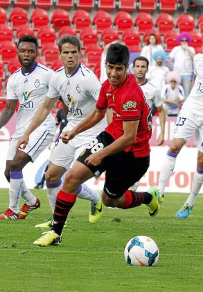 Marco Asensio, que en la imagen conduce el balón durante un partido del curso anterior, podría acabar en el filial del Barcelona antes de que se cierre el mercado de fichajes.