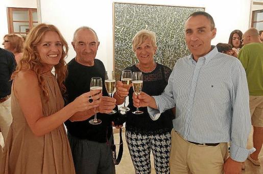 Pilar Pujol, responsable de arte de la Fundación Barceló; Andreu Maimó, Apolònia Rotger, regidora de Cultura; y Gabriel Tauler, alcalde de Felanitx.