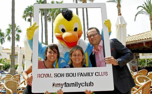 Menorca Alaior Son Bou hotel Club Royal Son Bou subdirectora / mascota / director y Estefania relaciones publicas