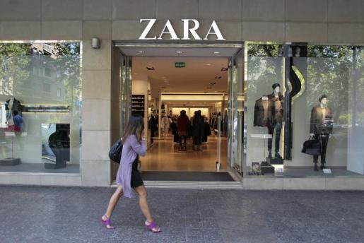 Una mujer pasa ante una tienda de Zara.