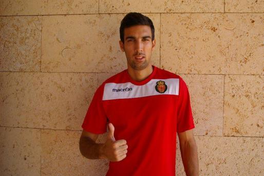 El jugador serbio nikola Gulan posa con la camiseta de entrenamiento del Real Mallorca en Son Bibiloni.