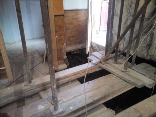 Los Bomberos de Palma han desalojado y precintado una vivienda de la calle Villalonga habitada por una mujer con sus dos hijos y un nieto tras haber comprobado que se había desestabilizado la estructura del edificio por un corrimiento de tierras.