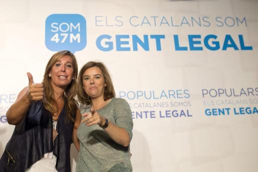 La vicepresidenta del Gobierno, Soraya Sáenz de Santamaría (d), y la presidenta del PPC, Alicia Sánchez-Camacho (d), al comienzo de la clausura la Conferencia Política del PP de Catalunya.