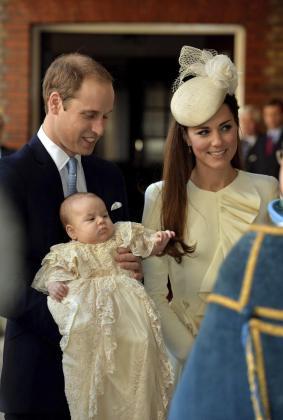 El príncipe Guillermo (i), duque de Cambridge y Catalina (c), duquesa de Cambridge, durante el bautizo de su primogénito, Jorge, de 3 meses, en octubre de 2013.