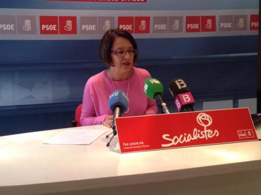 La diputada del PSOE Sofía Hernanz durante una rueda de prensa en la sede socialista d'Eivissa.
