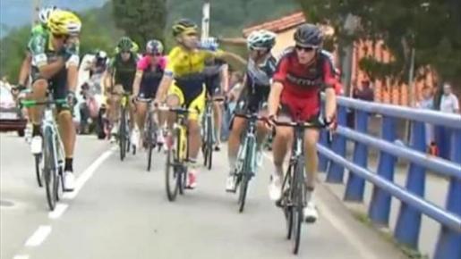 Momento en el que Brambilla y Rovni se lían a golpes durante una escapada de la Vuelta.