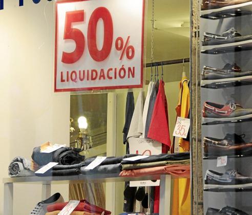 Imagen de ayer de un comercio del Centro de Palma que aún ofrece grandes descuentos.