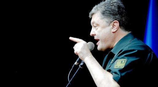 """MLT20. MARIUPOL (UCRANIA), 08/09/2014.- El presidente de Ucrania, Petró Poroshenko, pronuncia un discurso en la planta metalúrgica de Mairupol durante su visita a esta ciudad ucraniana hoy, lunes 8 de septiembre del 2014. El presidente de Ucrania, Petró Poroshenko, dio hoy un importante espaldarazo a la tregua acordada por ambos bandos al visitar la zona de conflicto, gesto que coincidió con la liberación de 1.200 rehenes por parte de los rebeldes prorrusos. """"Estamos preparados para defender nuestro país."""