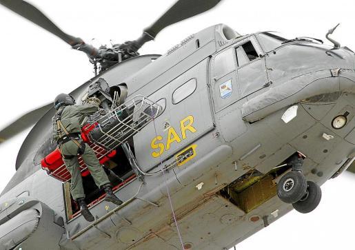 Dos militares participan en un ejercicio en la base aérea de Son Sant Joan.