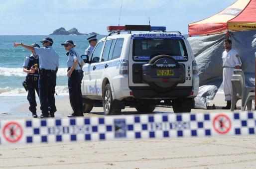 Vista de los servicios de emergencia en la Playa Clarkes en la bahía de Byron, este 9 de septiembre de 2014, en Nueva Gales del Sur, donde un hombre murió hoy tras ser atacado por un tiburón.