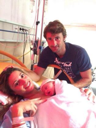 El extenista Juan Carlos Ferrero junto a su mujer Eva y su hija Vega.