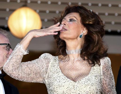 Sophia Loren lanza un beso al público durante el Festival de cine de Cannes.
