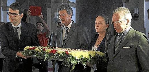 Los no independentistas, en la ofrenda ante la tumba de Casasnovas.