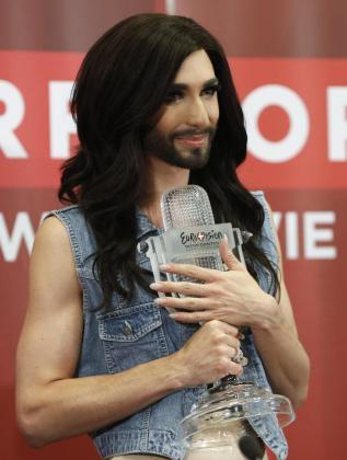 La austriaca Conchita Wurst posa con el premio de Eurovisión.