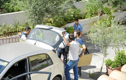 Ayer por la mañana la Guardia Civil y una comisión judicial se desplazaron a Punta Ballena y registraron algunos locales para los que supuestamente trabajanan los dos jefes de policía detenidos en la operación.