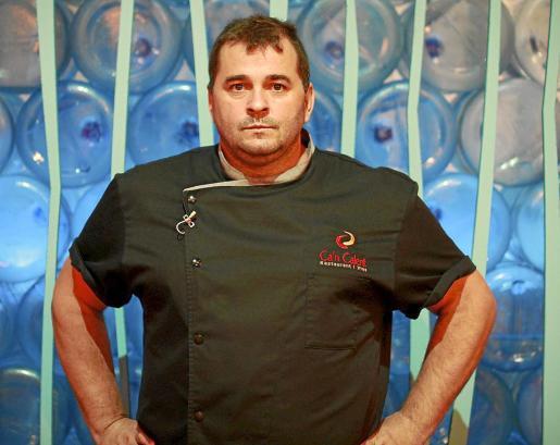 Miquel Calent posa en el plató del nuevo programa culinario de IB3 'Cuina i Guanya'.