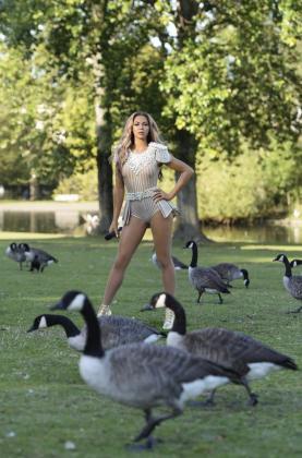 Gansos canadienses caminan junto a la nueva figura de cera de Madame Tussauds de la cantante estadounidense Beyoncé.