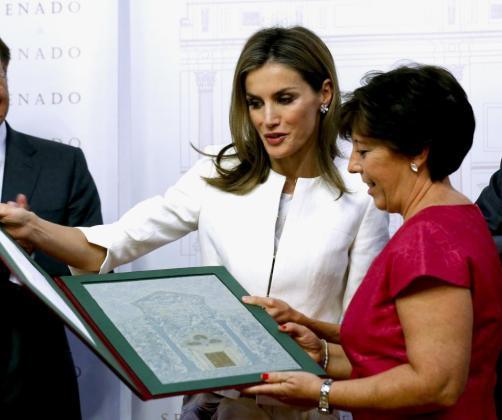 La reina Letizia entrega el Premio Luis Carandell a la periodista Carmen del Riego, en el Senado, en una ceremonia que coincide con su 42 cumpleaños, que ha pasado en compañía de parlamentarios, directores de medios y una amplia representación de periodistas.