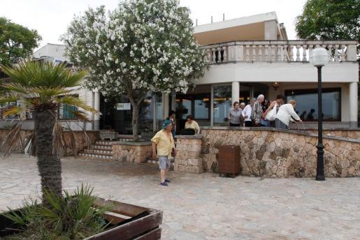 El restaurante está ubicado en un estratégico cruce de carreteras y dispone de un gran aparcamiento propio y terrazas.