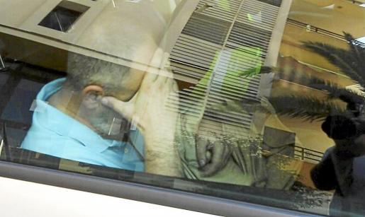 Imagen del inspector Antonio Ledesma, en el interior del vehículo de la Guardia Civil.