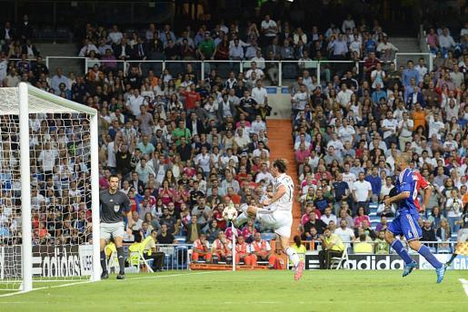 El centrocampista galés del Real Madrid, Gareth Bale (i) marca el 2-0 durante el partido ante el FC Basilea de la primera jornada de la fase de grupos de la Liga de Campeones.