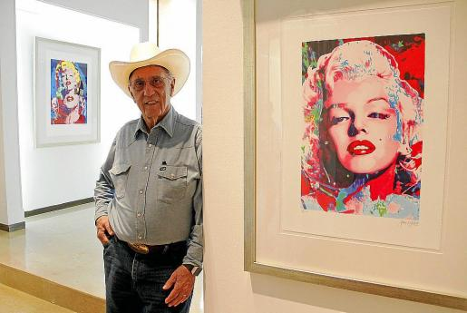 El artista pop James Francis Gill, con una de las piezas de 'Pink Marilyn'.