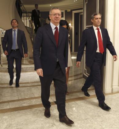 El ministro de Justicia español, Alberto Ruiz-Gallardón, a su llegada a una conferencia del titular de Asuntos Exteriores y de Cooperación, José Manuel García Margallo, ayer en Madrid.