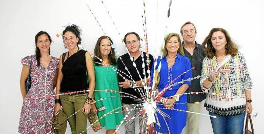Aurora Villalonga, Margarita Puigserver, Patricia Estrada, Rafa Forteza, Gudi Moragues, Antonio Pomar y Maria del Mar Bonet, tras una de las obras de Forteza.