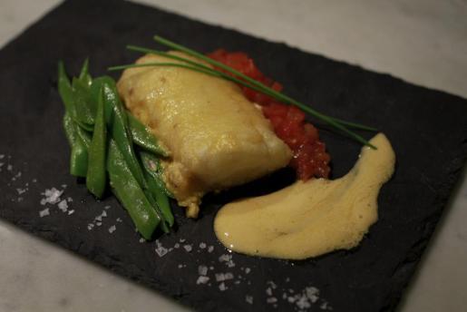 Lomo de Merluza gratinado con muselina, peronas salteadas al tomillo y patató, receta del restaurante Can Costa.