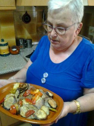 Magdalena Bonnín muestra su receta de 'Tumbet'.