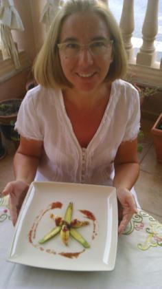 Paqui Cuevas muestra su receta de flores de calabacín rellenas.