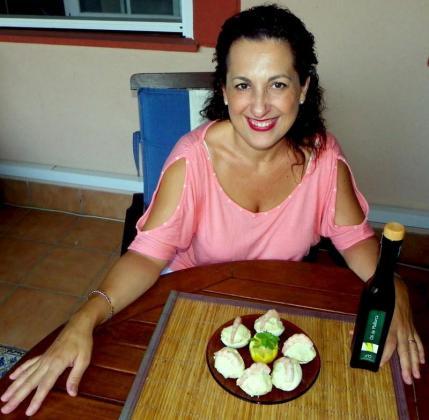 Manoli Molina, junto a su original receta de huevos rellenos con allioli de aguacate.