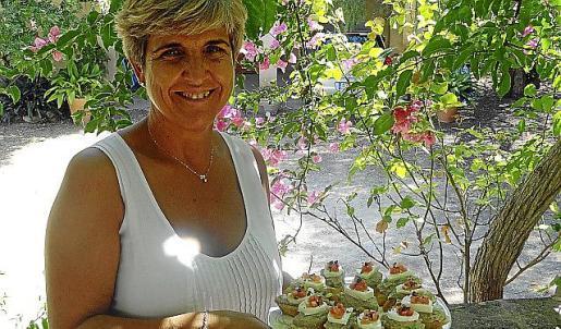 Carmen Barrado posa junto a sus montaditos de berenjena y queso.