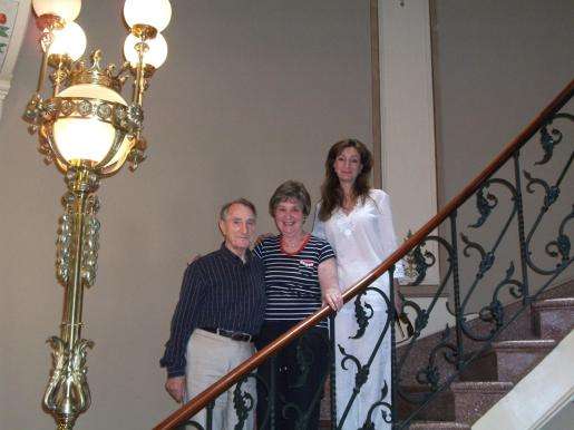 Albert e Irene Kleinglas con su hija Merle en la majestuosa escalera de Can Prunera.